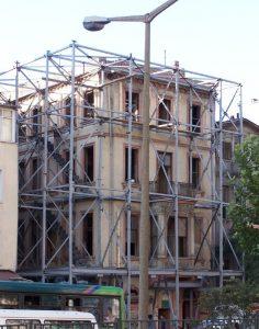 tarihi yapının dışa duvarları çelik konstruksiyon ile tutulur